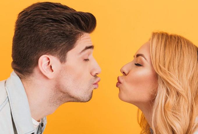 О каком поцелуе он мечтает больше всего в зависимости от знака Зодиака?